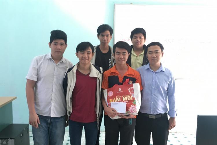 Đoàn Trường trao quà Tết cho học sinh nghèo vượt khó học tốt, tham gia tích cực các hoạt động